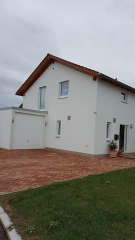Schönes ruhiges Zimmer m Wasserbett - Empfingen - Huis