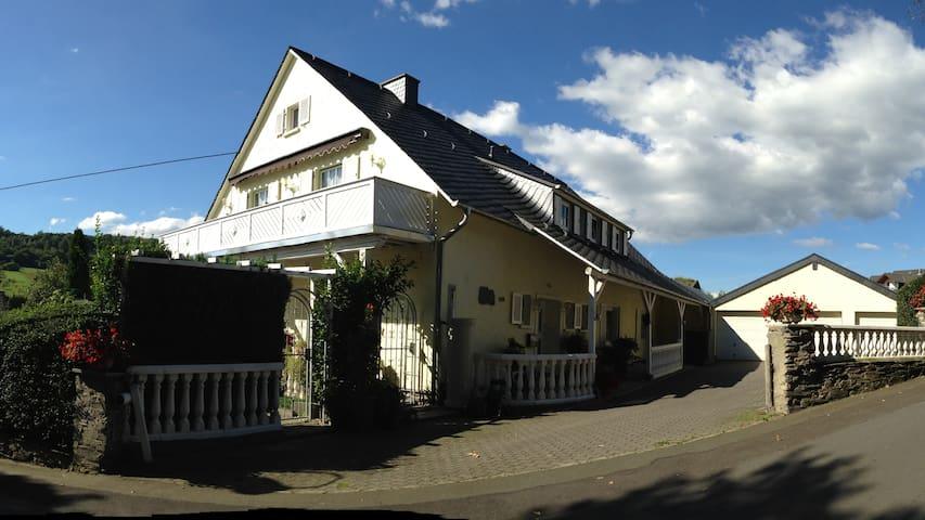 """Große Ferienwohnung """"Zur Paulskirche"""" - Lieser - アパート"""