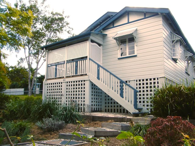 Beautiful 2 bed Queenslander with AC close to CBD - Ashgrove - Hus