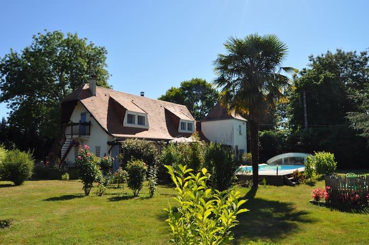 Step in & relax at Le Puits des Lucques Dordogne - Ménesplet - 家庭式旅館