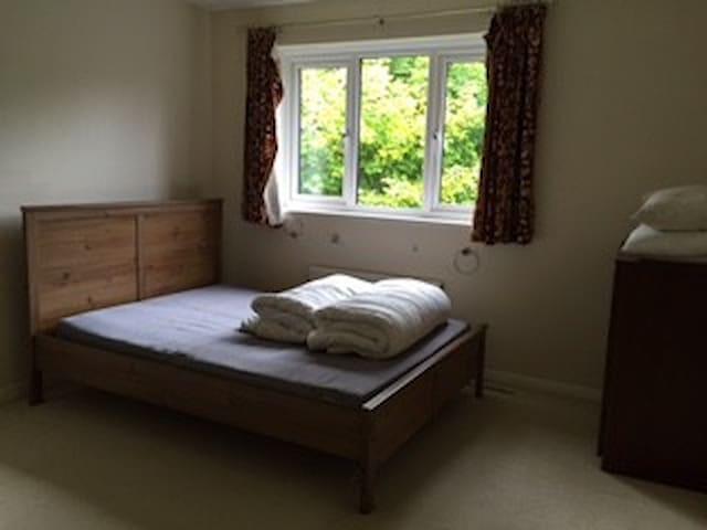 Double room in village location - Colerne - Hus