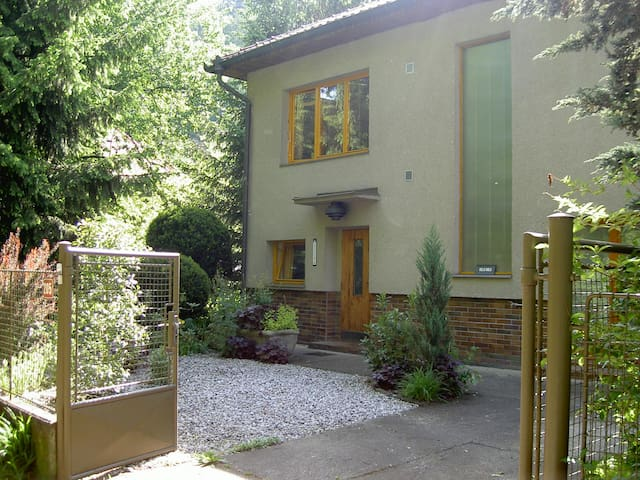 Tranquil apartment with pool close to Prague - Zadní Třebaň - Daire