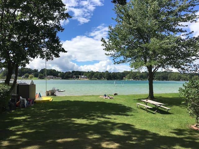 Cozy Lakefront Cottage - Wayland