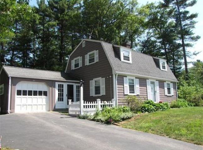 Private bedroom near Gillette and MBTA Station - Walpole - Huis