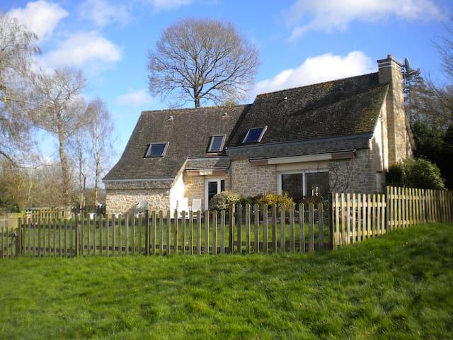 Maison bretonne au bord d'un étang - Trédias - Hus