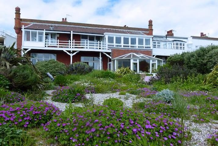Sunny seafront home with garden and beach access - Bexhill - Apartemen