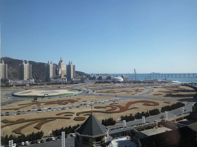 面朝大海摩登时代全景观,星海广场一杯红酒配电影,寻现代生活中的静谧4人 - Dalian