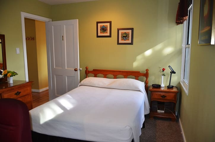 Canyon Inn - upgraded room downtown! - Los Alamos - Huis