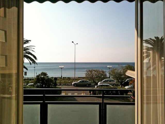 Un grande balcone davanti al mare - Spotorno - Appartement