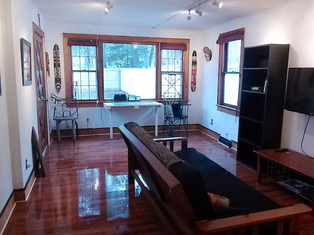 Quiet Cool Funky Bungalow Large Room - Poughkeepsie