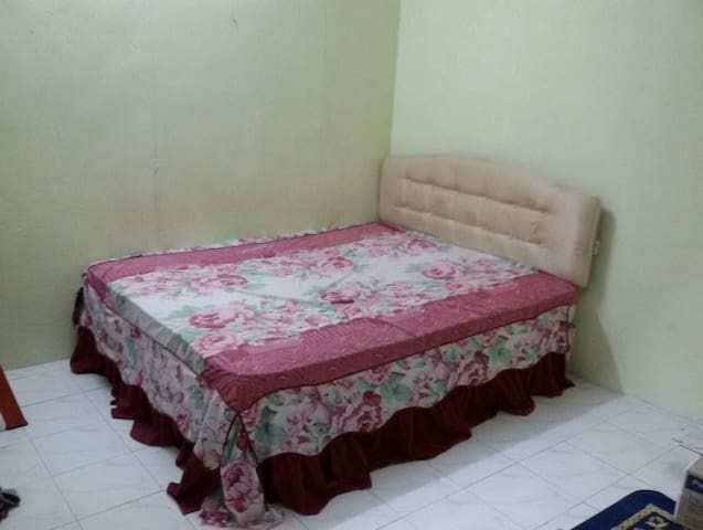 It a bed room with queen size bed - Kubang Semang - Hus