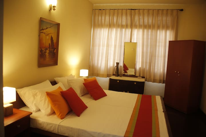 Colombo 5-Charming room in large house with garden - Colombo - Casa