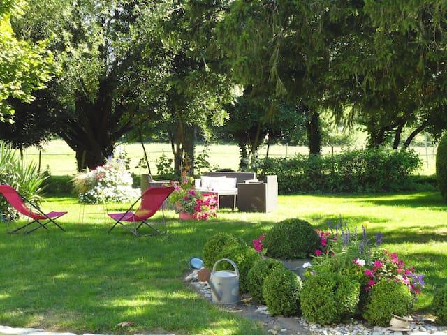 Spacious and quiet bed & breakfast - Saint-Saturnin-du-Bois - Bed & Breakfast