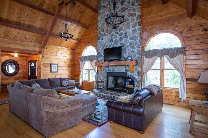 Largest Log Cabin in Massanutten Resort, Hot Tub! - McGaheysville - Casa