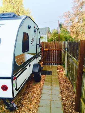 Cozy RPod in Friendly Street Area - Eugene - Camper