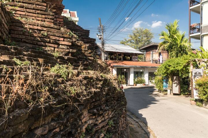 Retro Thai Studio in Old City/Chedi View/King & AC - Mueang, Chiang Moi - Ev