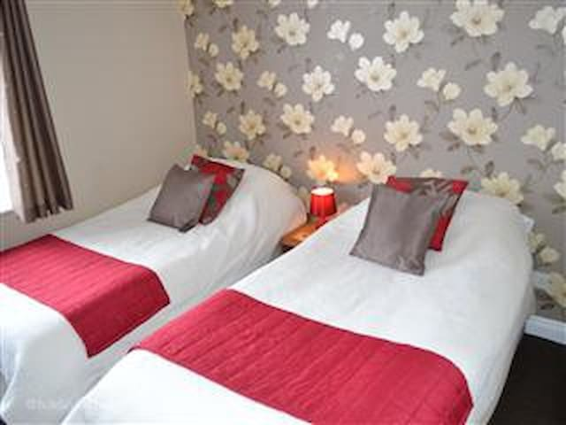 Little Lodge Twin / double room / hot tub use - Walcote - Bed & Breakfast