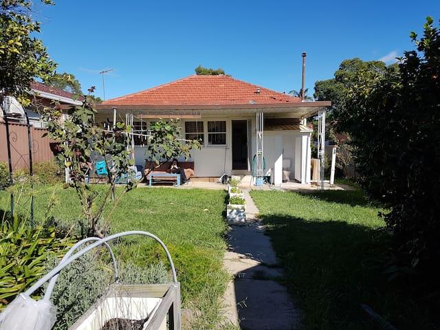 Beautiful house in the suburbs of Sydney - Kingsgrove - Rumah