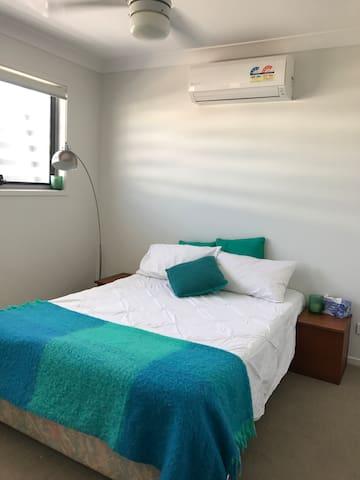 Relaxing, peaceful room in a modern townhouse - Little Mountain - Bed & Breakfast
