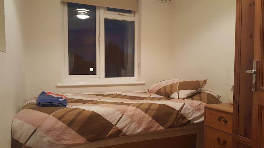 Clean single room close to Heathrow - Ashford