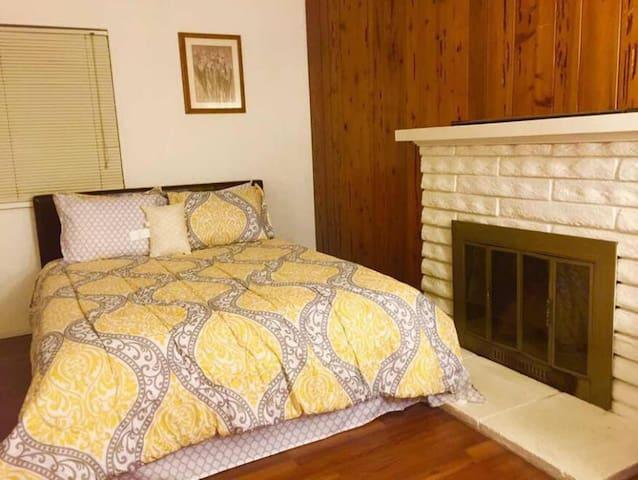 Beautiful new Room 4 in Downtown Riverside河滨市舒适小屋 - Riverside - Hus