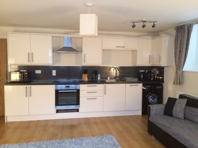 Calico 2 bed apt with parking - Whitby