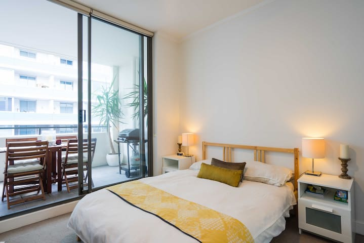 Bright private room in modern apartment Wolli Creek - Wolli Creek - Appartement
