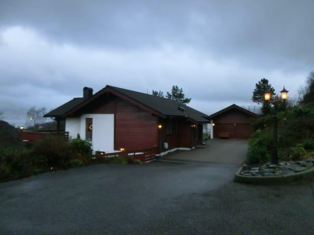 Leilighet i underetasjen i villa - Florvåg - Appartement