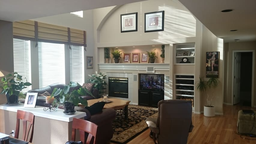 Open & Cozy--Your Home Away From Home - Highlands Ranch - Maison