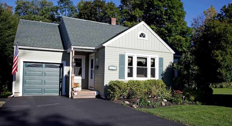 Quaint home nestled in small village - Springville