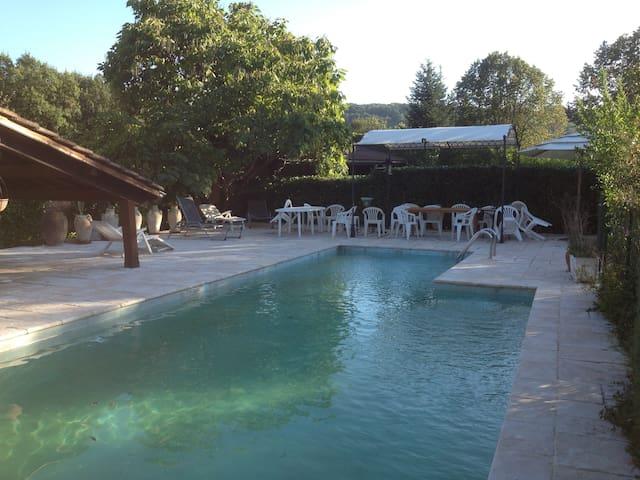 Chambre(s) indépendante(s) dans villa avec piscine - Vignieu - Casa