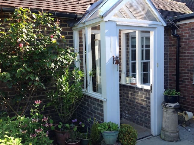 Cosy self- contained annexe with private patio - Birdham - Leilighet