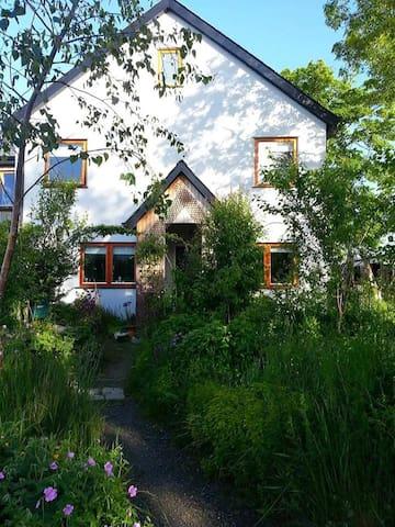 Eco Neighbourhood RedRoom for CJH Wedding guests - Cloughjordan - Huis