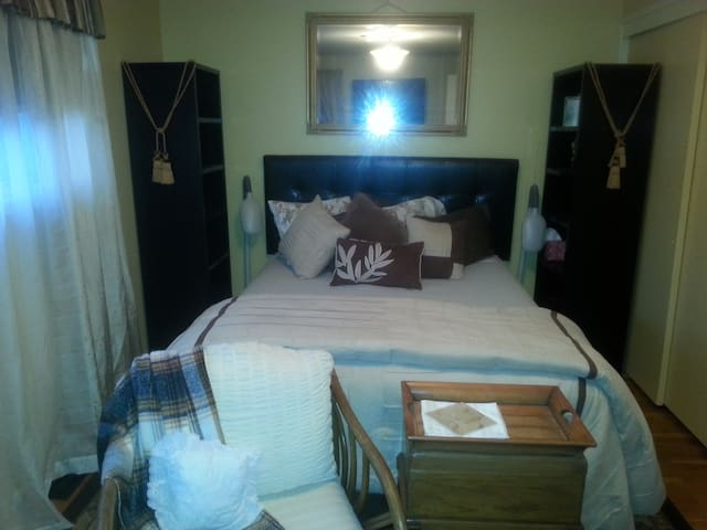 Cosy and Comfy Guest Room 103 - Tacoma - Bed & Breakfast