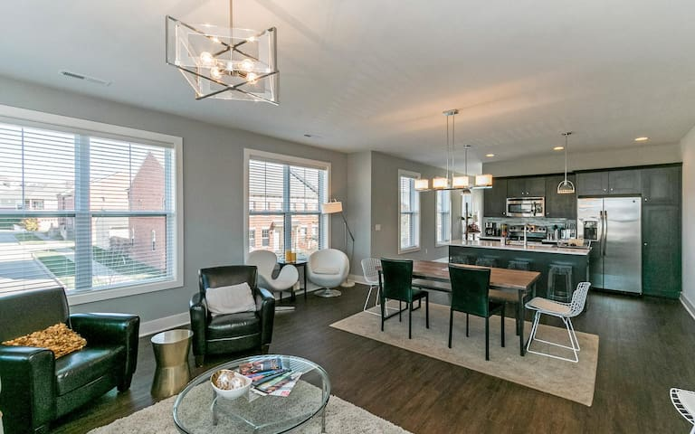 Peninsula 2 Bedroom Apartment with Private Deck - Iowa City - Daire
