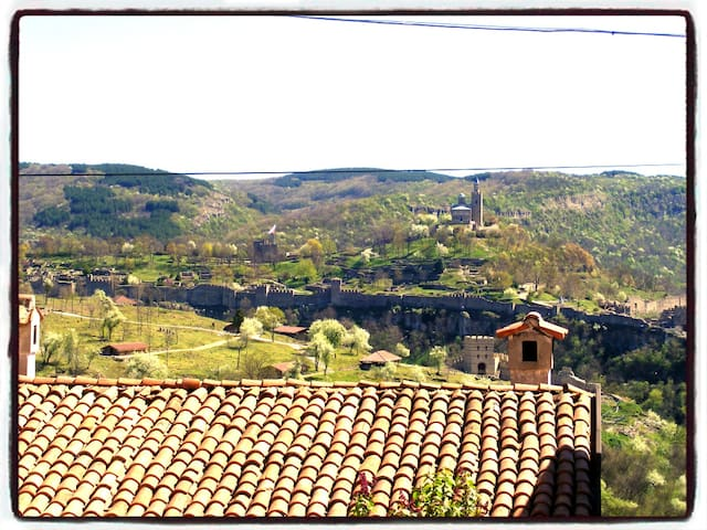 A pretty private room with spectacular view! - Veliko Tarnovo - Şehir evi