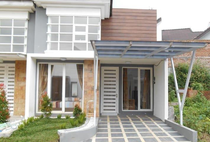 Villa Fiorence at Fiorence Estate - Batu - Huis