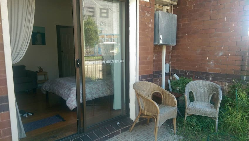 Private Entrance Close to Shops and Transport - Petersham - Apartment