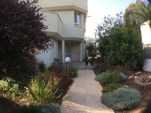 Sunny huge house, center of Israel, beach close - Kfar Yona - Huis