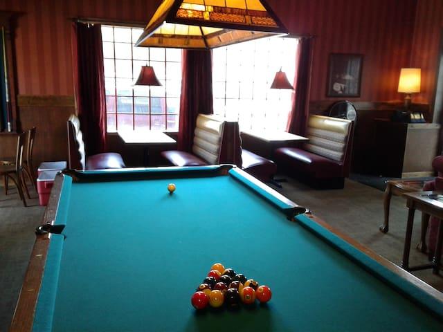 Studio C Speakeasy is a place to stay and play! - Wichita - Konukevi