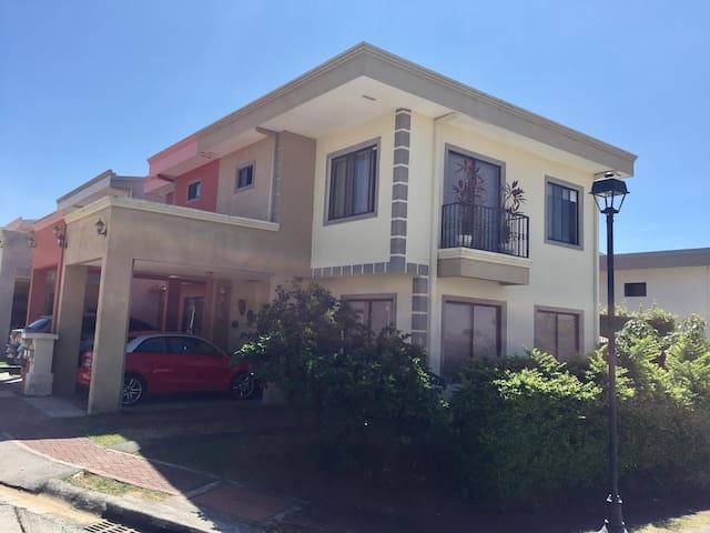 Beautiful house close to Airport! - Alajuela