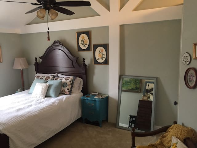 Large private room 5 miles to downtown & UT campus - Knoxville