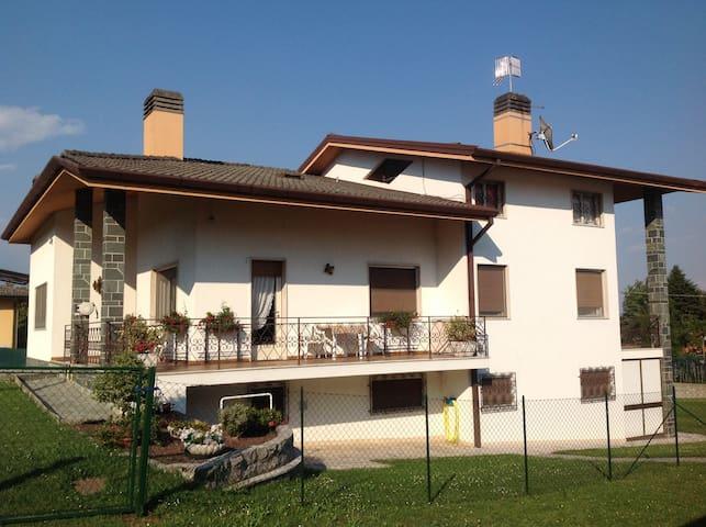 Mansarda 2 stanze attigue 5/6 letti - Colloredo di Monte Albano - Oda + Kahvaltı