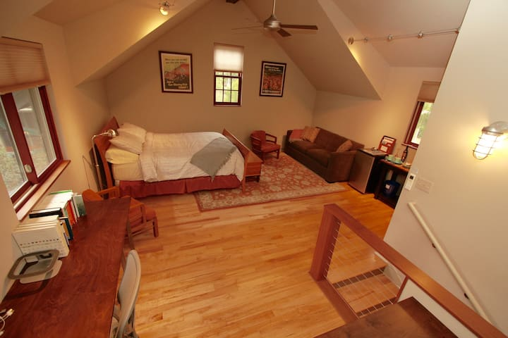 Private Downtown Carriage House Studio Loft - Ann Arbor