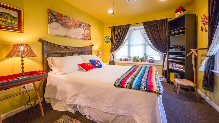 Secluded full suite Mexican decor - West Grove