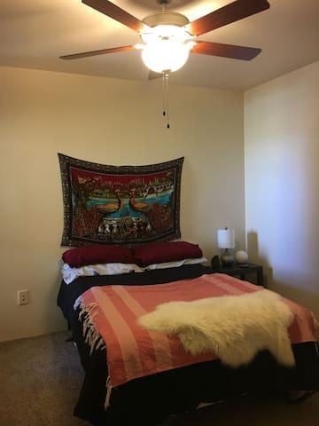 Private bedroom and bath in Glendale - Glendale - Leilighet