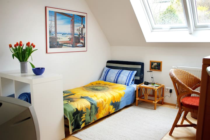 Lovely small room in a cute little town - Aidlingen - Bed & Breakfast