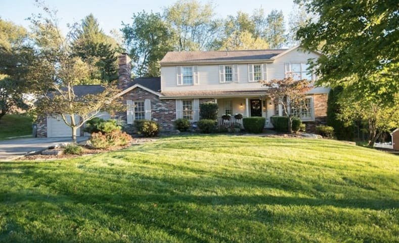 Suburban Luxury just 20 minutes from Downtown - Canonsburg