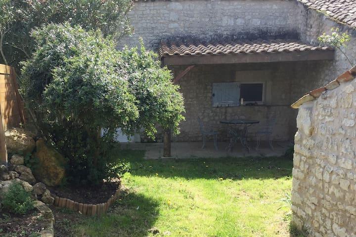 Petit gîte au coeur de la campagne charentaise - Saint-Romain-de-Benet - Casa