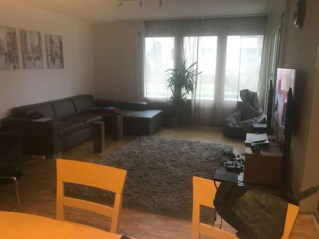 Grossräumiges Zimmer in einer WG - Münchenbuchsee - Lägenhet
